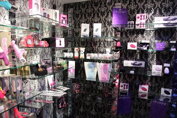 Dans le coin discret des sextoys du Love Store  Love is all by Cloé à Aix-en-Provence, Cloé saura vous conseiller pour vos procurer le jouet le plus adapté à vos besoins !